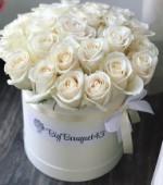 25 белоснежных роз в коробке