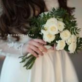 Букет невесты из белых кустовых роз и зелени