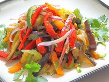 Салат из баклажанов, помидоров со сл.перцем