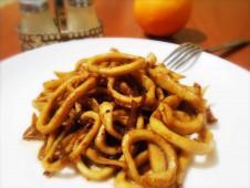 Кальмары жареные с луком и соевым соусом