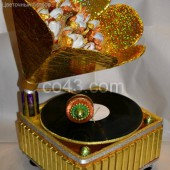 Граммофон из конфет и шоколада