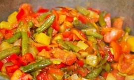 Тушеная фасоль с овощами и перцем